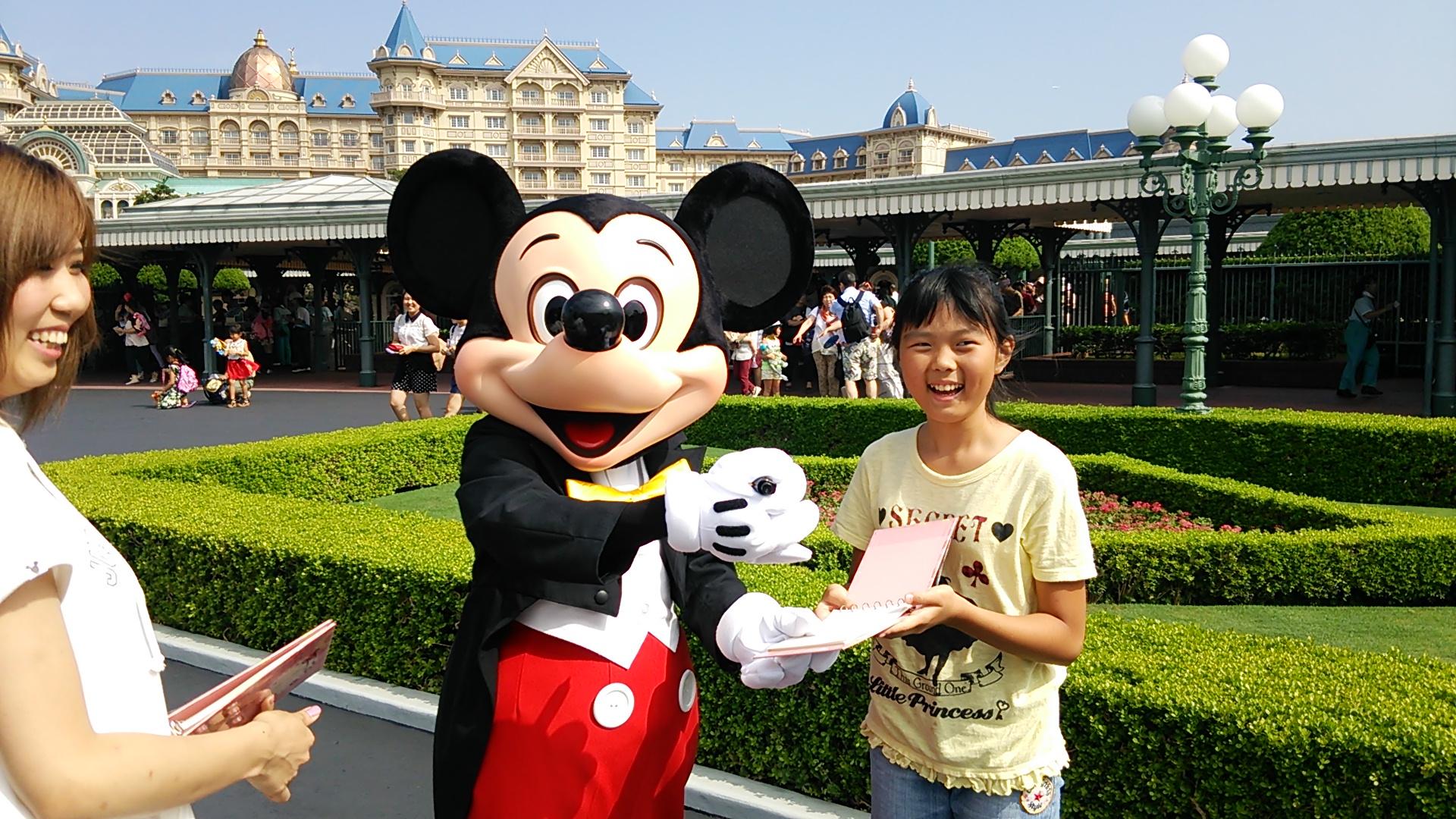 東京ディズニーランドでまずはミッキーに