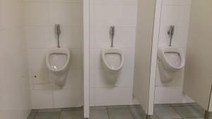 ヘルシンキ空港の男子トイレ