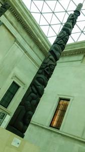 背の高い彫刻