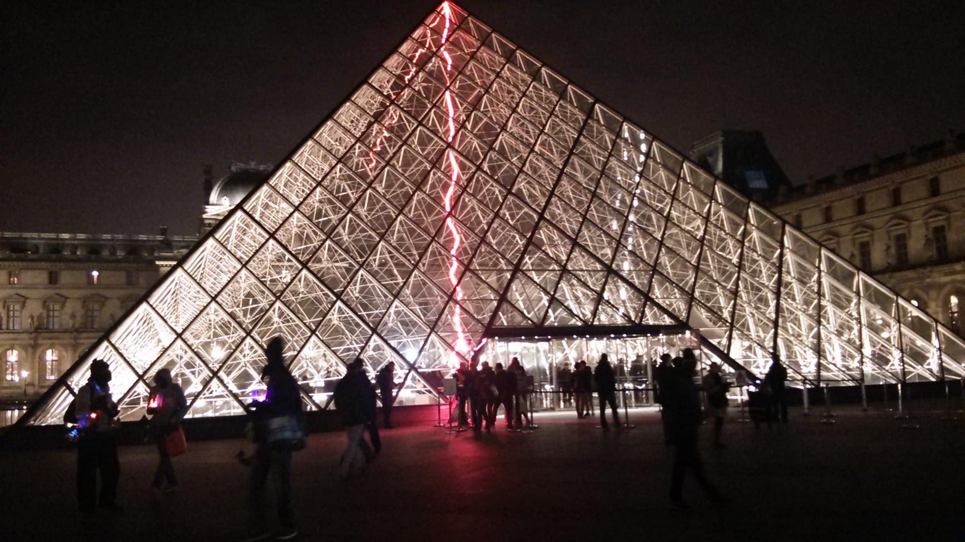 夜のルーブル美術館と日本の技術